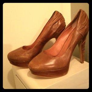 Vince camuto beige leather pumps 9 1/2